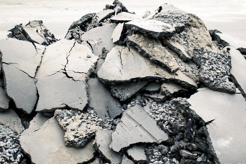 Stücke von Asphalt bzw. Asphaltabbruch fertig zum Recycling in unserer Baurestmassen Recyclinganlage