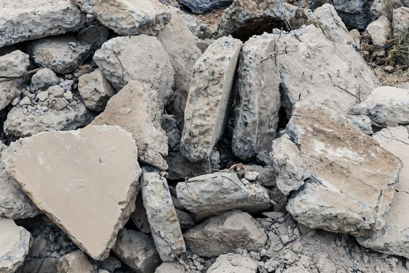 Zerbrochene Stücke Beton, Betonbruch, Zement oder Estrich