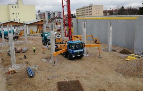 Betonpumpe von Lasselsberger beim Liefern von Transportbeton