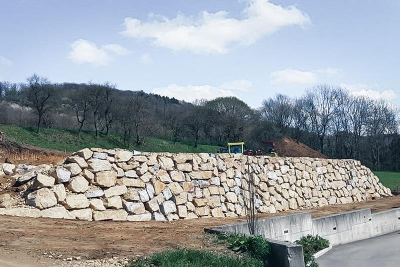 Lasselsberger Pöchlarn liefert Wasserbausteine und Handverleger für Ihre Steinmauer